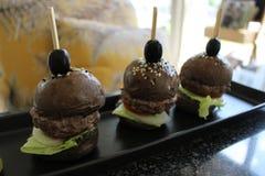 Czarni wołowina hamburgery Obrazy Royalty Free