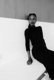 Czarno biały portret poważny afrykanin czarna amerykańska kobieta lub stoi nad szarym tłem i patrzeje daleko od Obrazy Royalty Free