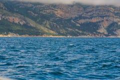 czarno na plaży rocky mountain wybrzeża morza w dziczy Obraz Royalty Free