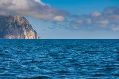 czarno na plaży rocky mountain wybrzeża morza w dziczy Obrazy Royalty Free