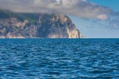 czarno na plaży rocky mountain wybrzeża morza w dziczy Zdjęcie Stock