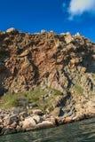 czarno na plaży rocky mountain wybrzeża morza w dziczy Obrazy Stock