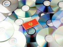 Czarnogórzec flaga na górze cd i DVD stosu odizolowywającego na bielu Obraz Stock