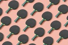 Czarny śwista pong paddle na różowym tle zdjęcia stock