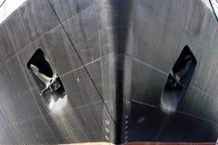 Czarny łęk statek z kotwicami fotografia stock