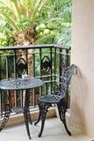 Czarny żelazny krzesło przy tarasem obraz stock