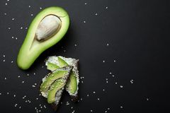 Czarny żyto chleb z pokrojonym avocado, nieociosaną kanapką, prostą i leczniczą Przestrze? dla teksta obrazy stock