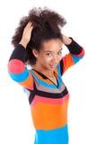 Czarny Afrykanin Amerykańska nastoletnia dziewczyna trzyma jej afro włosy Obraz Stock