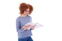 Czarny Afrykanin Amerykańska studencka dziewczyna czyta książkę Fotografia Stock