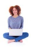 Czarny Afrykanin Amerykańska studencka dziewczyna używa laptop Zdjęcia Stock