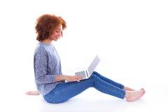 Czarny Afrykanin Amerykańska studencka dziewczyna używa laptop Zdjęcie Stock