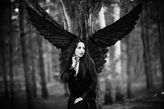 Czarny anioł w lesie Obrazy Stock