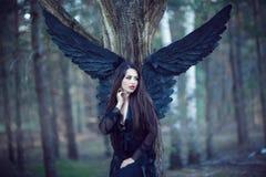 Czarny anioł w lesie Obraz Stock