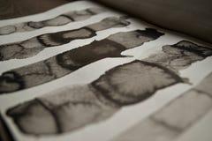 Czarny atramentu abstrakt paskuje tło Ręki rysować linie Atrament ilustracja Prosty pasiasty tło obraz stock