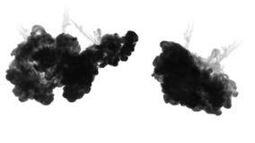 Czarny atramentu strużka rozpuszcza w wodzie w zwolnionym tempie odizolowywającym na białym tle zawierać luma matte dla use jak zdjęcie wideo