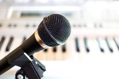 Czarny audio mikrofon na stojaka zbliżeniu zdjęcia royalty free