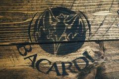 Czarny Bacardi biały rumowy logo na wieśniaku wietrzał drewno obraz royalty free
