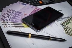 Czarny ballpoint pióro z wiązką euro, dolary i wisząca ozdoba, zdjęcie stock