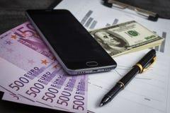 Czarny ballpoint pióro z wiązką euro, dolary i wisząca ozdoba, zdjęcie royalty free