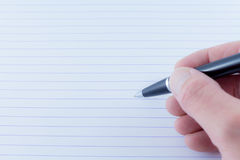 Czarny Ballpoint Writing pióro w ręce zdjęcia stock