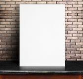 Czarny Białego papieru plakata chudy przy czerwonym ściana z cegieł i marmuru stołem Zdjęcie Royalty Free