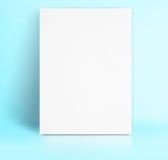 Czarny Białego papieru plakata chudy przy pastelowego błękitnego koloru pracownianym pokojem, T zdjęcia stock