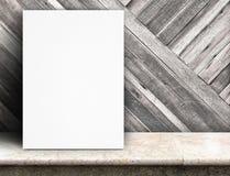 Czarny Białego papieru plakata chudy przy tropikalną drewno ścianą t i marmurem obraz stock