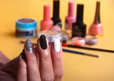 Czarny, biały gwóźdź sztuki manicure, Wakacje stylowy jaskrawy manicure z błyska Piękno ręki Eleganccy gwoździe, gwoździa połysk fotografia royalty free