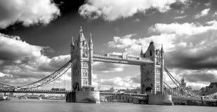 Czarny & biały wizerunek wierza most na Rzecznym Thameswith dramatyczny niebo Zdjęcia Royalty Free