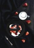 Czarny biscotti i truskawki deser z cukierki Zdjęcia Royalty Free