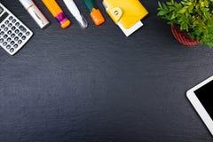 Czarny Biurowego biurka stół z komputerem, pióro i filiżanka kawy, udział rzeczy Odgórny widok z kopii przestrzenią Fotografia Royalty Free