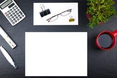 Czarny Biurowego biurka stół z komputerem, pióro i filiżanka kawy, udział rzeczy Odgórny widok z kopii przestrzenią Fotografia Stock