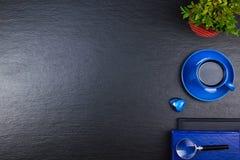 Czarny Biurowego biurka stół z komputerem, pióro i filiżanka kawy, udział rzeczy Odgórny widok z kopii przestrzenią Zdjęcie Stock