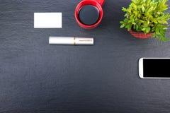 Czarny Biurowego biurka stół z komputerem, pióro i filiżanka kawy, udział rzeczy Odgórny widok z kopii przestrzenią Zdjęcia Royalty Free
