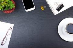 Czarny Biurowego biurka stół z komputerem, pióro i filiżanka kawy, udział rzeczy Odgórny widok z kopii przestrzenią Obrazy Royalty Free
