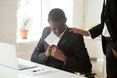 Czarny biznesmen chuje kopertę w kieszeniowej dostawanie łapówce, b lub Fotografia Stock