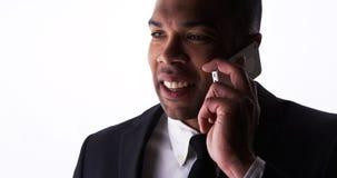 Czarny biznesmen opowiada na smartphone Zdjęcia Stock