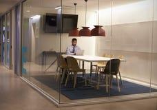 Czarny biznesmen pracuje w kabince przy korporacyjnym biznesem fotografia royalty free