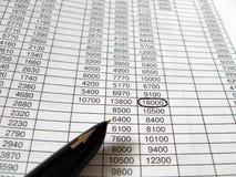 czarny biznesowi pieniężni atramentu pióra spreadsheets Zdjęcie Royalty Free
