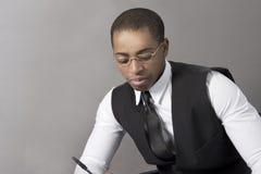 Czarny Biznesowy mężczyzna pisze dokumencie Zdjęcia Royalty Free