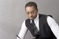 Czarny Biznesowy mężczyzna w biurze za biurkiem Fotografia Royalty Free