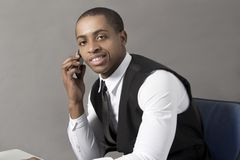 Czarny Biznesowy mężczyzna w biurze za biurkiem Zdjęcie Stock