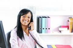 czarny bizneswomanu biurka telefonu ja target364_0_ Zdjęcie Royalty Free
