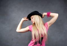 czarny blondynki dziewczyny kapeluszu potomstwa Obrazy Stock