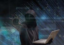 Czarny bluza hacker z out stawia czoło siedzi z komputerem Zdjęcia Stock