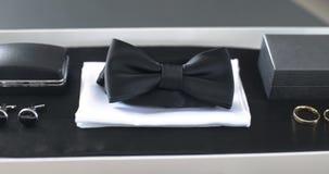 Czarny bowtie na stole fałszywy mody tła komputerowy ekranu zbiory wideo