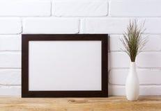 Czarny brązu krajobrazu ramy mockup z ciemną trawą w eleganckim v obrazy stock