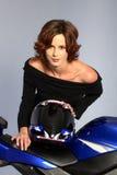czarny brunetki sukni dziewczyny hełmu motocykla Zdjęcia Stock