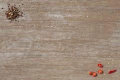 Czarny chłodny na drewnianym stołowym odgórnego widoku sklepie i pieprz obrazy stock