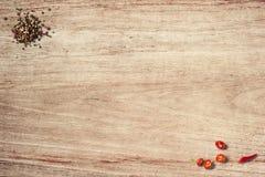 Czarny chłodny na drewnianym stołowym odgórnego widoku strzale i pieprz fotografia stock